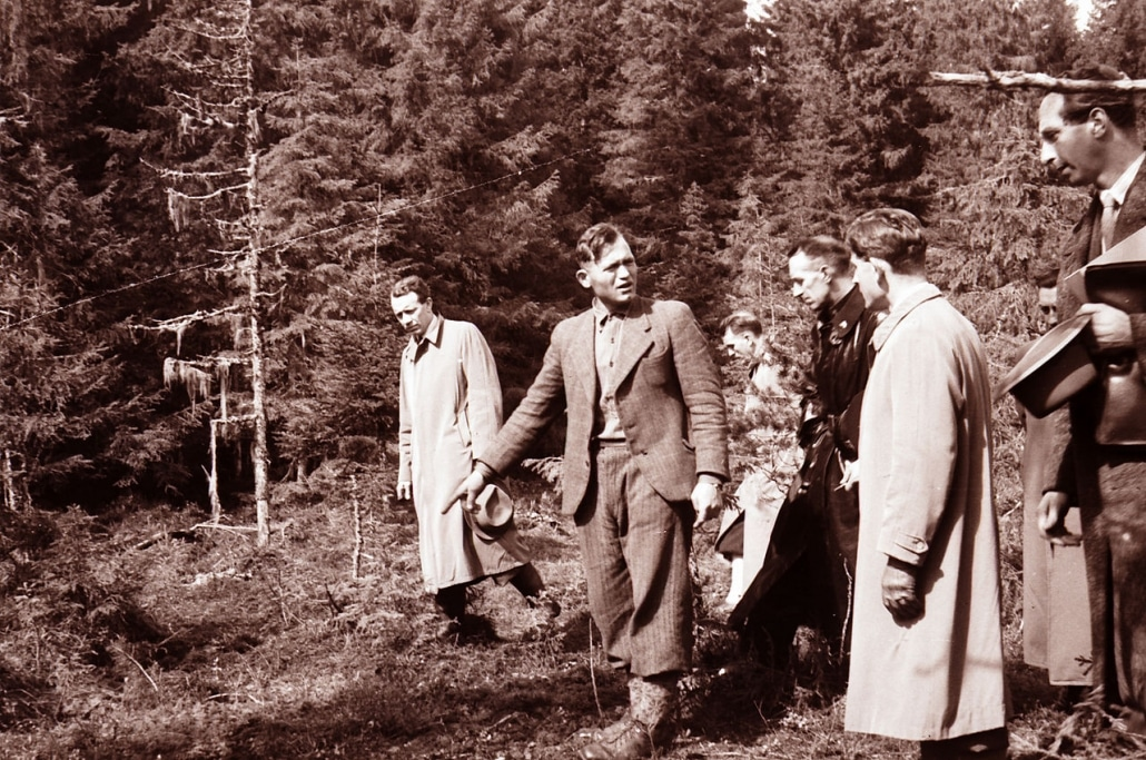 Ljuban Vukovic proves a grave in the Falstad Forest in May 1945.